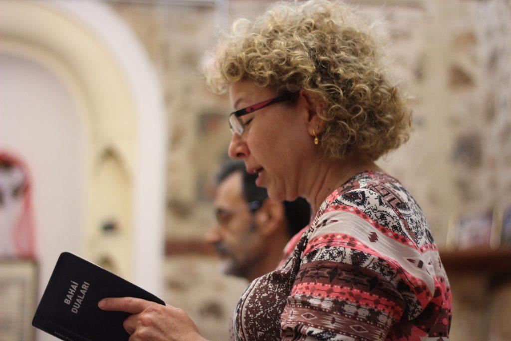 Bahai duaları okuyan bir kadın
