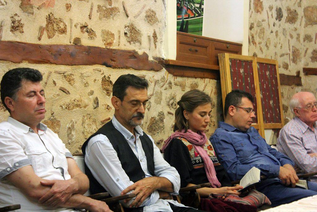 Dua toplantısında Türkçe dualar okuyan kişiler